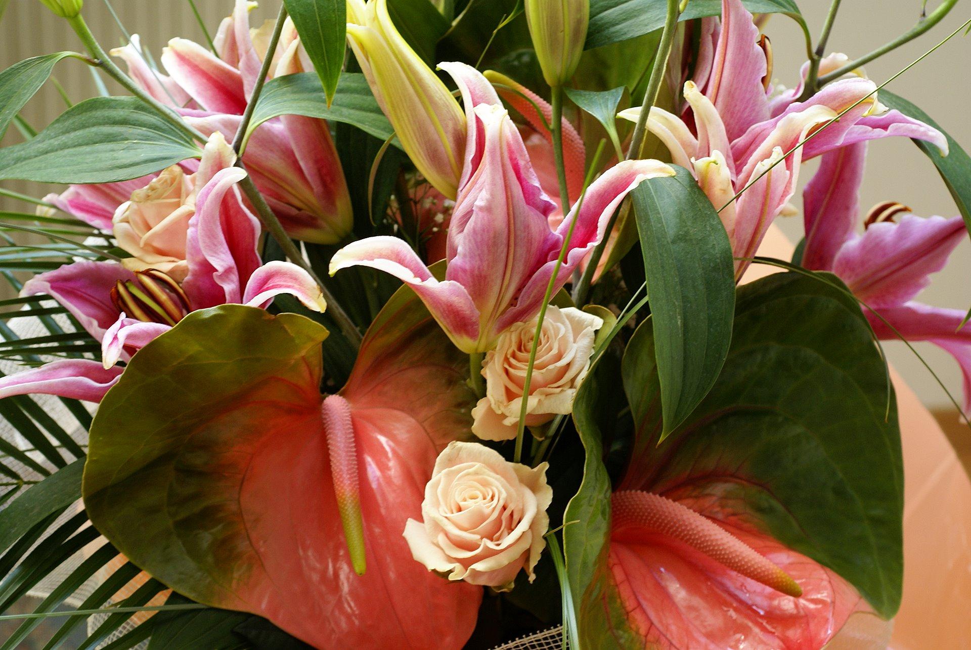 Lilium peach rose and anthurium bouquet for Un bouquet de roses