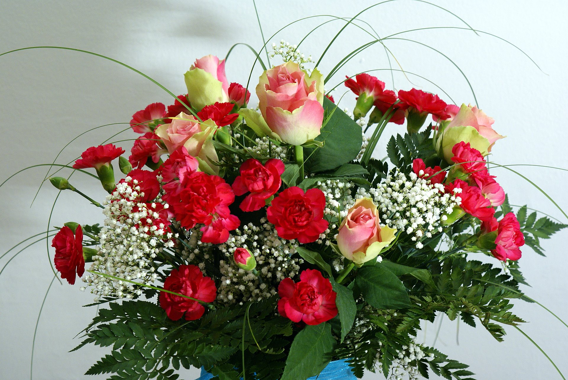 Roses bouqet with red carnations for Bouquets de roses